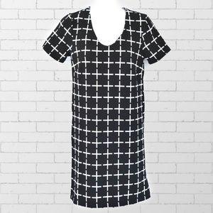 ROMEO & JULIET B & W Graphic V-neck Shift Dress